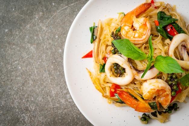 Перемешайте жареную острую лапшу с морепродуктами