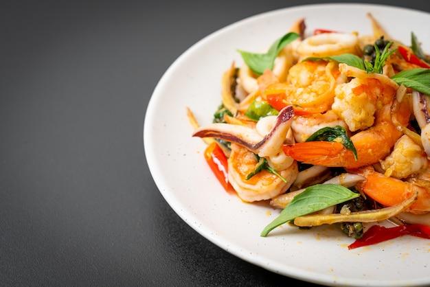 スパイシーなシーフード炒め(pad cha talay)。タイ料理のスタイル