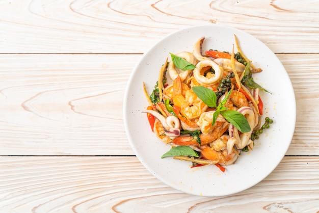 Жареные пряные морепродукты (pad cha talay)