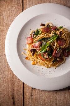 Жареные пряные спагетти с беконом