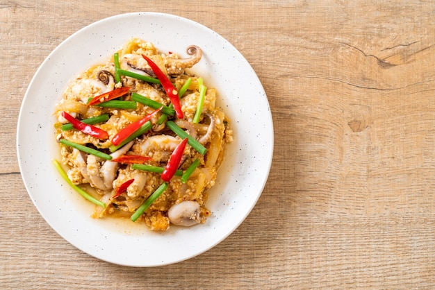 Жареные кальмары или осьминог с солеными яйцами - азиатские морепродукты