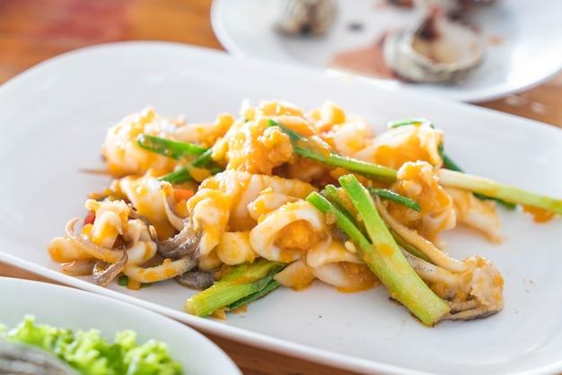 Жареный кальмары с солеными яйцами