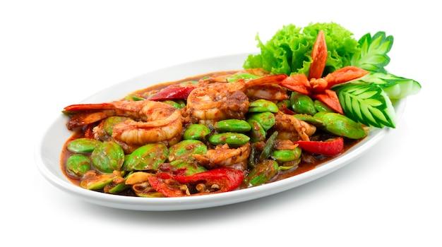エビとエビのペーストで揚げた臭い豆(苦い豆)をかき混ぜる(グーンパッドカピサトール)タイ料理スパイシーなカレー料理の側面図