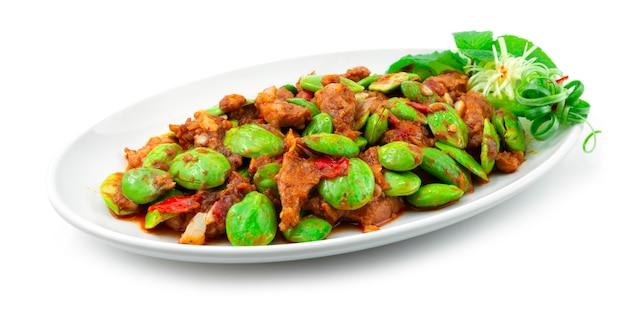 豚肉とエビのペーストで揚げた臭い豆をかき混ぜる(ムーパッドカピサトール)タイ料理スパイシーな料理の側面図