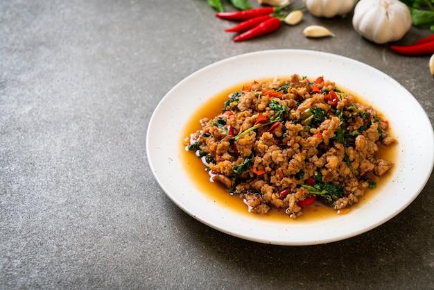 豚肉と唐辛子のみじん切りで揚げたタイバジルをかき混ぜる-タイの地元の食べ物のスタイル