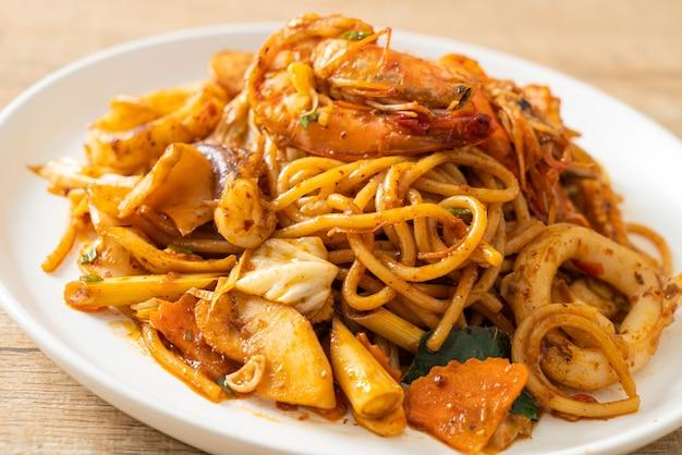 トムヤムクンのシーフード炒めスパゲッティ-フュージョンフードスタイル