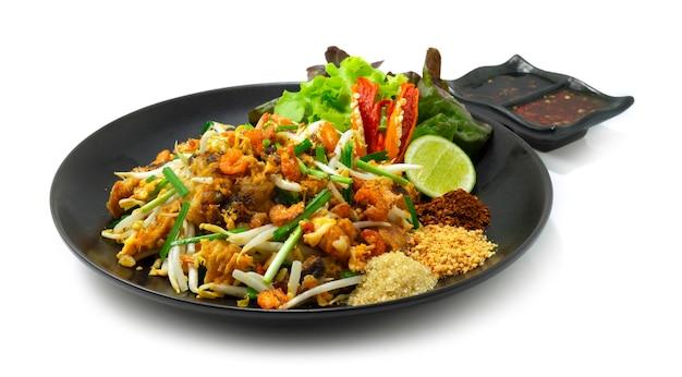 Жареный пирог из репы с ростками фасоли, чесноком и яйцом. в китайском стиле еды: сухой перец чили, лайм, арахис, сахар, черный соевый соус, сладкий соус чили и овощи.