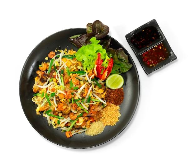Жареный пирог из репы с ростками фасоли, чесноком и яйцом. стиль китайской кухни внутри блюда: сухой перец чили, лайм, арахис, сахар, черный соевый соус, сладкий соус чили и овощи.