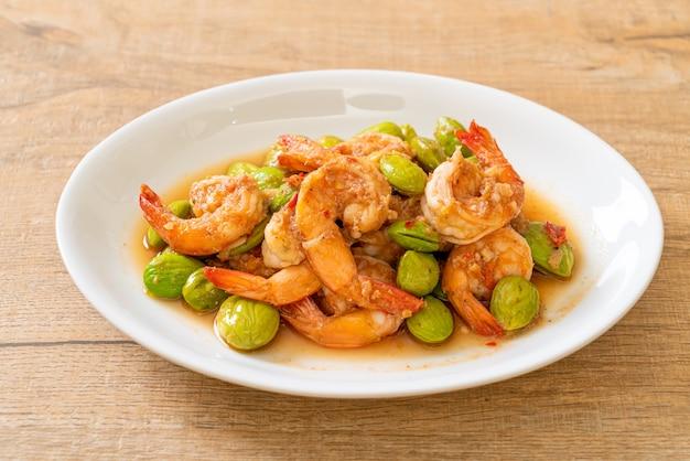 새우를 곁들인 트위스트 클러스터 빈 볶음-태국 음식 스타일
