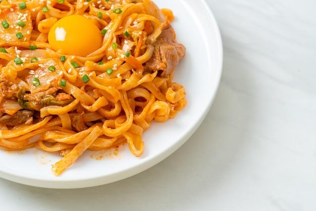 Жареная лапша удон с кимчи и свининой - корейская кухня