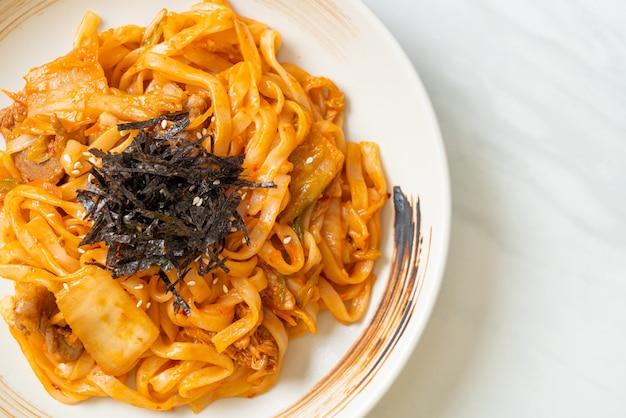 김치와 돼지 고기를 곁들인 볶음 우동-한식 스타일