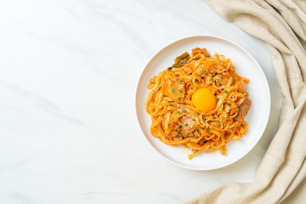 김치와 돼지고기 볶음 우동 - 한국 음식 스타일