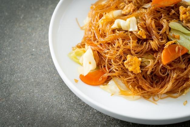 キャベツ、ニンジン、卵と一緒に揚げた春雨をかき混ぜる-ビーガンフードスタイル