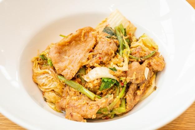 Жареная вермишель с овощами и свининой в соусе сукияки