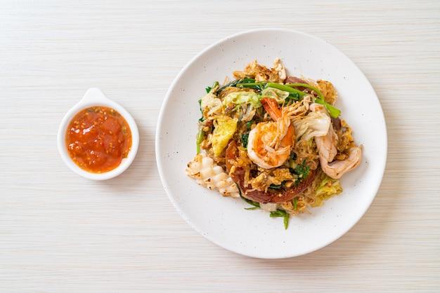 春雨の野菜と魚介のすき焼きソース炒め