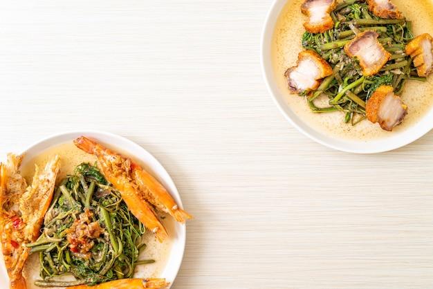 접시에 파삭 파삭 한 삼겹살과 강 새우를 곁들인 물 미모사 볶음