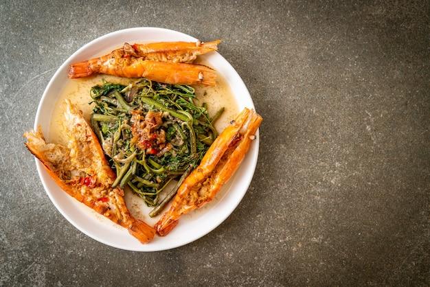 접시에 강 새우와 볶음 물 미모사