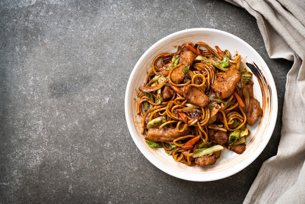 Stir-fried yakisoba noodle with pork