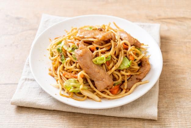 Stir-fried yakisoba noodle with pork