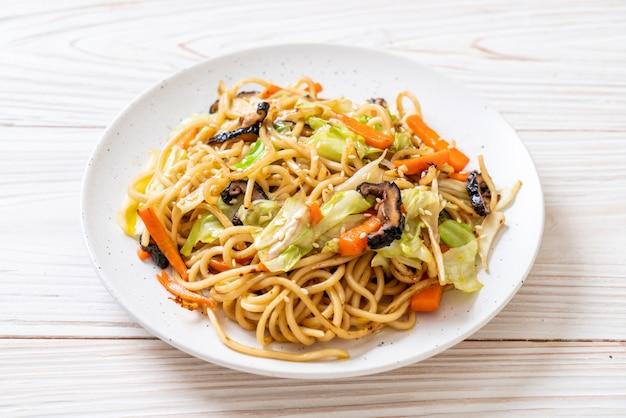 Stir-fried yakisoba noodle with vegetable