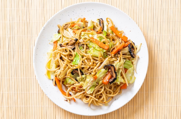 Stir-fried yakisoba noodle with vegetable