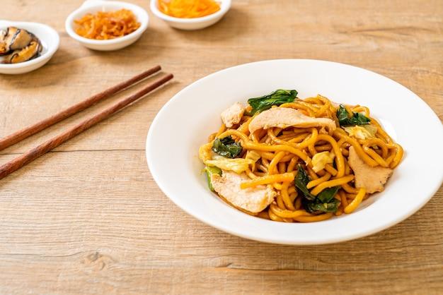 닭고기와 함께 볶은 야키소바 국수-아시아 음식 스타일