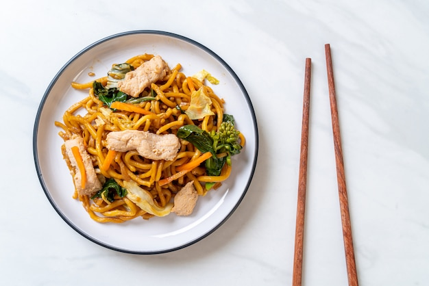 Stir-fried yakisoba noodles with chicken