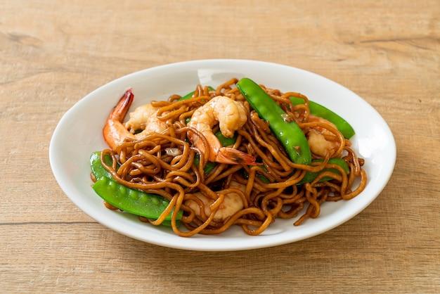 Жареная лапша якисоба с зеленым горошком и креветками - азиатская кухня