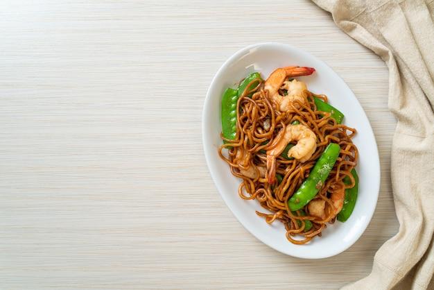 완두콩과 새우를 곁들인 야키소바 볶음-아시아 음식 스타일