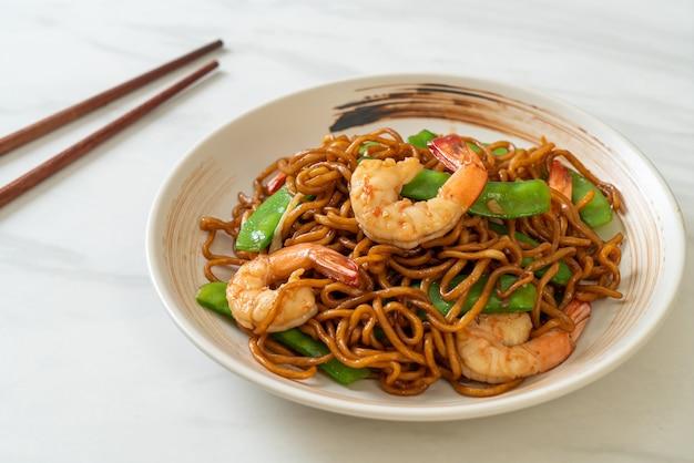 グリーンピースとエビの焼きそばの炒め物-アジア料理スタイル