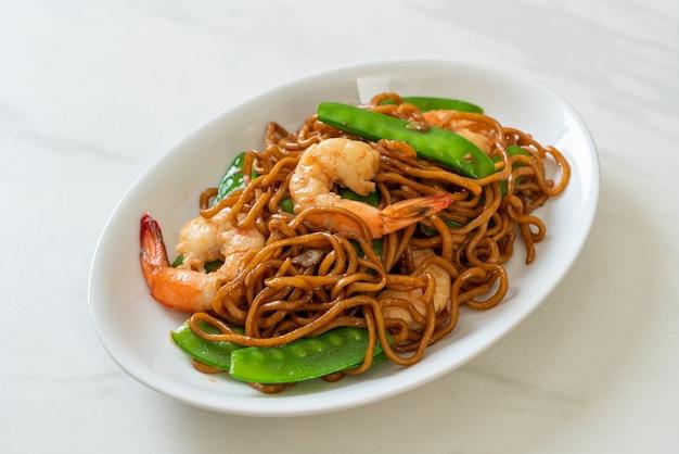 완두콩과 새우를 곁들인 볶음 야키소바 국수 - 아시아 음식 스타일
