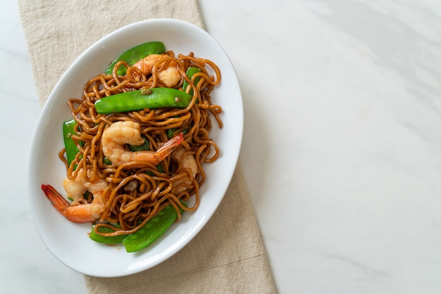 Stir-fried yakisoba noodles with green peas and shrimps