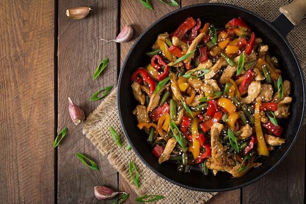 Обжарить курицу, сладкий перец и зеленую фасоль