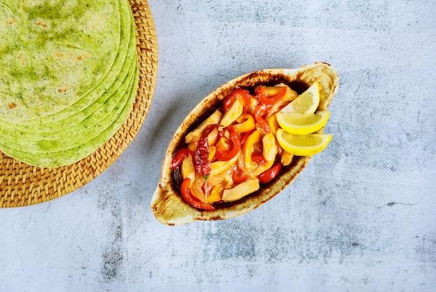 Жареная курица с болгарским перцем и шпинатом