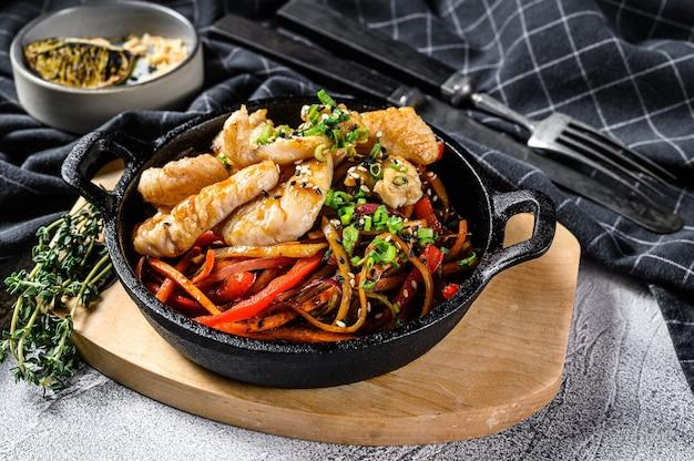 Обжарить, перемешивая, лапшу с овощами, курицу. лапша вок