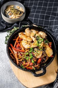 野菜炒め麺チキン中華鍋麺