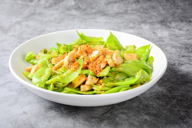 Stir fry snow peas with vietnamese grilled pork sausage,