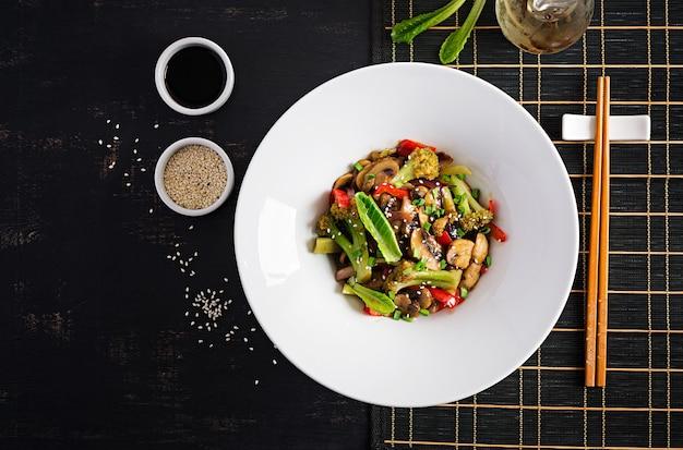 きのこ、パプリカ、赤玉ねぎ、ブロッコリーと一緒に野菜を炒めます。健康食品。アジア料理。上面図、オーバーヘッド
