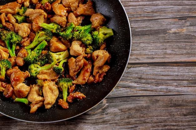냄비에 닭고기와 브로콜리를 넣고 볶습니다. 중국 음식. 확대.