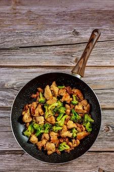 냄비에 닭고기와 브로콜리를 넣고 볶습니다. 중국 음식. 공간을 복사하십시오.