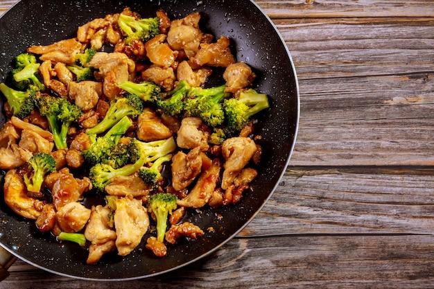 웍에 닭고기와 브로콜리를 넣고 볶습니다.