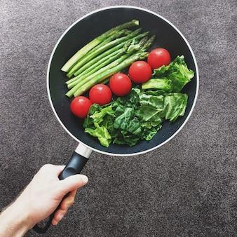 昼食のために健康な野菜を炒める