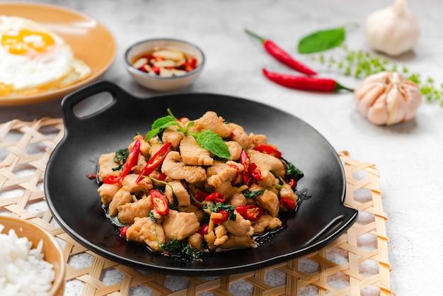 バジルと鶏肉の炒め物、目玉焼きとライス付き タイの屋台料理