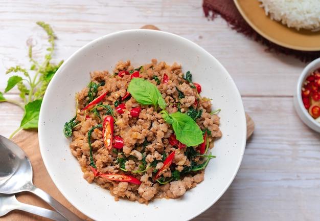 上から見た豚ひき肉とバジルの炒め タイの辛い屋台料理