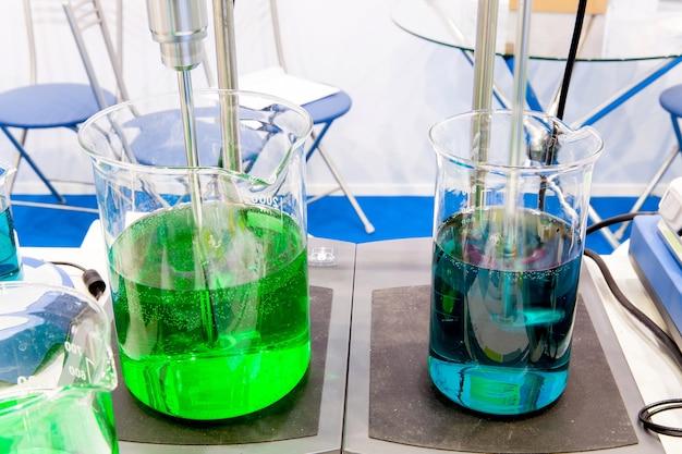 実験室内部の機器の攪拌と振とう