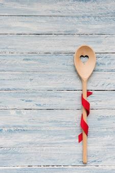 木製の背景にスプーンをかき混ぜる