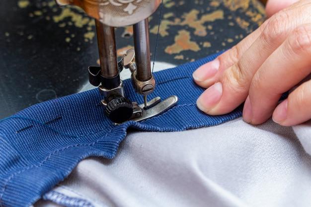 古い、レトロな、ヴィンテージのミシンでステッチ、縫製をクローズアップ