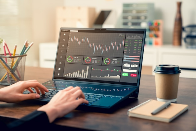 証券取引所市場の概念、オフィスのテーブル上のグラフ分析キャンドルライン、画面上の図を備えたコンピューターを探しているビジネスマンのトレーダー。