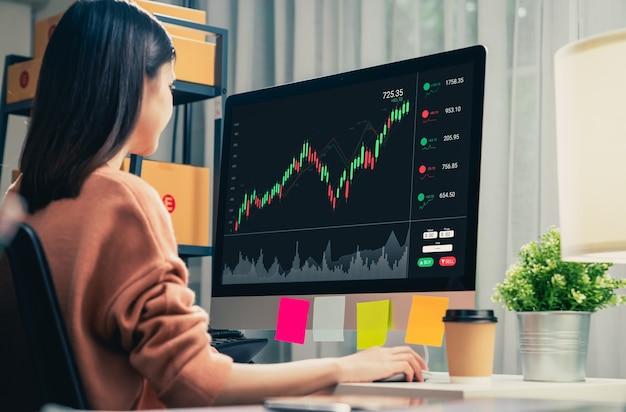 증권 거래소 시장 개념, 사무실의 테이블에 있는 그래프 분석 촛불 라인, 화면의 다이어그램이 있는 컴퓨터를 보고 있는 사업가들.