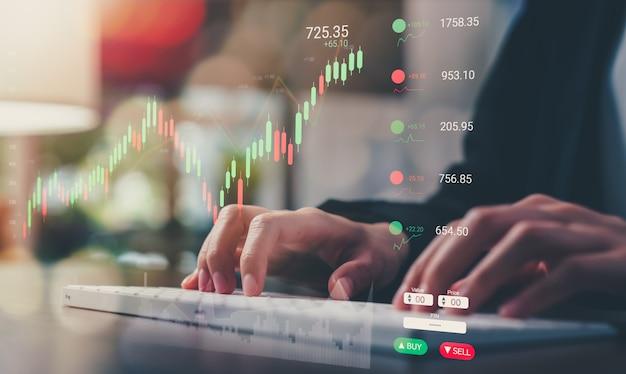 증권 거래소 시장 개념, 사무실 방에 그래프 분석 촛불 라인이 있는 컴퓨터 키보드의 사업가 유형.